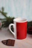 Mok met hete chocolade en Kerstmisboom wordt gevuld die Stock Afbeeldingen