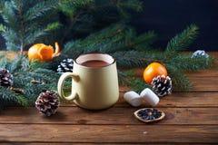 Mok met hete chocolade houten lijst Royalty-vrije Stock Fotografie