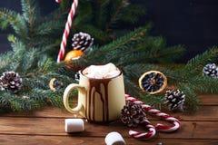 Mok met hete chocolade houten lijst Stock Afbeelding