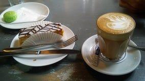 Mok met hete latte Latteart. Royalty-vrije Stock Fotografie