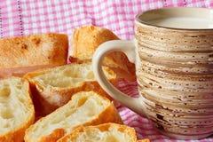 Mok met melk en vers gebakken brood stock fotografie