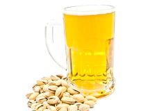 Mok van bier en pistaches op wit Stock Fotografie