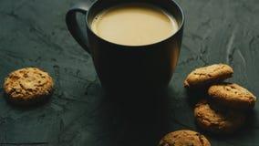 Mok van cacao en koekjes stock footage