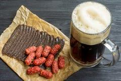 Mok van donkere bier en snack royalty-vrije stock foto