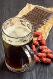 Mok van donkere bier en snack royalty-vrije stock afbeeldingen