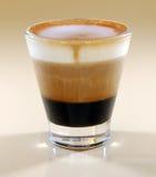 Mok van gelaagd caffe latte stock afbeeldingen