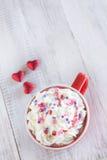 Mok van Heet Chocolade en Valentine Hearts Royalty-vrije Stock Foto's