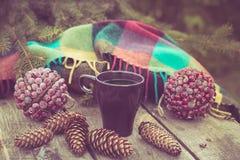Mok van hete drank op een rustieke houten lijst Stilleven van kegels, streng, packthread, spartakken Het voorbereidingen treffen  Stock Afbeeldingen