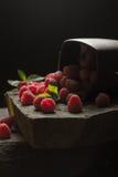 Mok van rijpe frambozen op zwarte achtergrond Royalty-vrije Stock Foto
