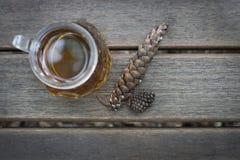 Mok van thee en builen op houten achtergrond, in openlucht, hoogste mening, de herfstconcept royalty-vrije stock afbeelding