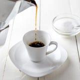 Moka罐和倾吐的咖啡 免版税库存图片