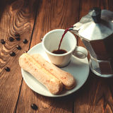 Moka罐和倾吐的咖啡 库存图片