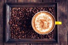 Moka de café chaud et grains de café sur la table en bois Photo libre de droits