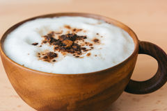 Moka de café dans la tasse en bois Image libre de droits