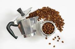 Moka kaffekruka med bönor Arkivbild