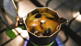 Moka na cozinha com o café que sai vídeos de arquivo