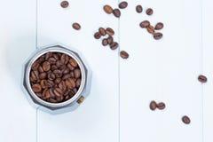 Moka-Topf voll Kaffeebohnen Stockfoto