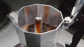 Mokapot het brouwen op een fornuis Italiaanse espresso die in een close-up van de mokapot koken stock footage