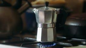 Mokapot het brouwen op een gasfornuis Taditionalmanier om Italiaanse koffie te brouwen stock video
