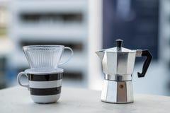 Mokapot och dripperkaffekopp royaltyfri fotografi
