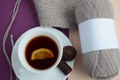 Mokcup per l'imballaggio dei fili di lana con tè con il limone ed i dolci Fotografia Stock