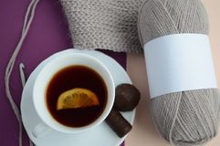 Mokcup pour emballer les fils de laine avec le thé avec le citron et les bonbons Photographie stock