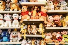 Mokiet zabawki Dla dzieciaków Przy sprzedażą W Disney sklepie Fotografia Royalty Free
