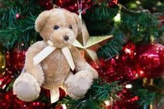 Mokietu niedźwiedź z ornamentami i choinki tłem Fotografia Stock