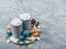 Mokken met witte pluizige marshmellows Royalty-vrije Stock Afbeelding