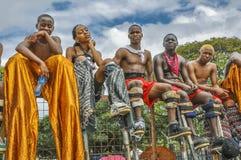 Moko partiellement plaqué Jumbies ou marcheurs d'échasse attendent leur tour pour entrer dans la concurrence à la savane de parc  Image stock