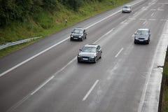 Mokra autostrada z samochodami zdjęcie stock