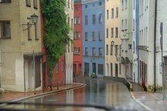 Mokra droga z kolorowymi domami w gstad Germany zdjęcie royalty free