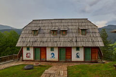 Mokra Gora, Сербия - 2-ое июня 2017: Деревня Drvengrad в западном Стоковое Фото
