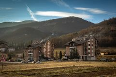 Mokra Gora in het kleine dorp van Servië dat tussen twee bergen wordt geplaatst royalty-vrije stock foto