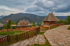 Mokra Gora, Serbie - 2 juin 2017 : Village de Drvengrad dans occidental Photos stock