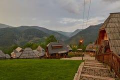 Mokra Gora, Serbie - 2 juin 2017 : Village de Drvengrad dans occidental Photographie stock libre de droits