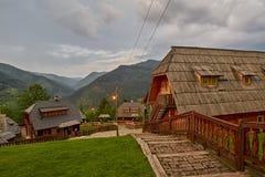 Mokra Gora, Serbie - 2 juin 2017 : Village de Drvengrad dans occidental Image stock