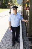 Mokra Gora, Serbie, le 17 juillet 2017 : Le conducteur de train attend une voiture de train sur le signal de départ du conducteur Image stock