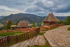 Mokra Gora, Serbien - Juni 02, 2017: Drvengrad by i västra Arkivfoton