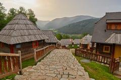 Mokra Gora, Serbien - Juni 02, 2017: Drvengrad by i västra Royaltyfri Fotografi