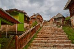 Mokra Gora, Serbien - Juni 02, 2017: Drvengrad by i västra Fotografering för Bildbyråer