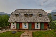 Mokra Gora, Serbien - Juni 02, 2017: Drvengrad by i västra Arkivfoto