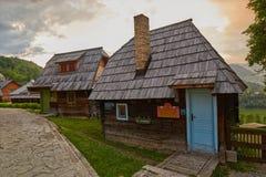 Mokra Gora, Serbien - Juni 02, 2017: Drvengrad by i västra Arkivbild