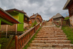 Mokra Gora, Servië - Juni 02, 2017: Drvengraddorp in Westelijk Stock Afbeelding