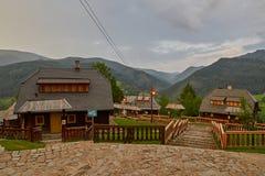 Mokra Gora, Servië - Juni 02, 2017: Drvengraddorp in Westelijk Stock Afbeeldingen