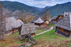 Mokra Gora, trästad/Mechavnik/- staden, som var byggande för filmen 'liv, är ett mirakel 'vid Emir Kusturica arkivbilder