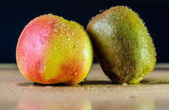 Apple z kiwi Fotografia Royalty Free