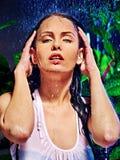 Mokra kobieta z wody kroplą. Obrazy Stock