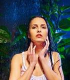 Mokra kobieta z wody kroplą. Zdjęcia Royalty Free