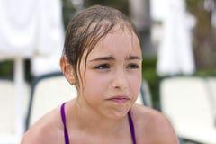 Mokra smutna dziewczyna w swimsuit płacze w basenie zdjęcia stock